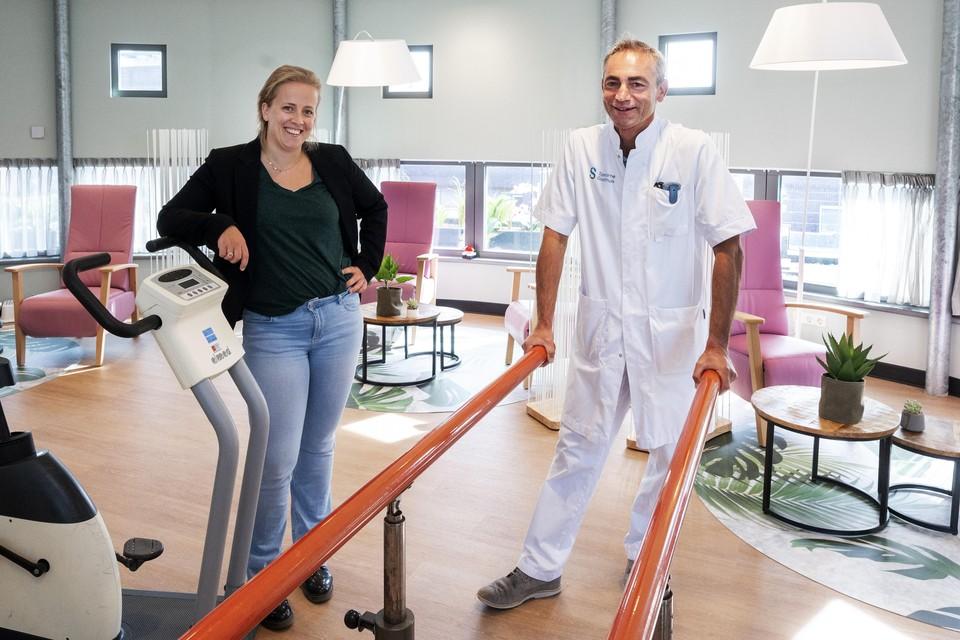 Afdelingshoofd Vera Lindaard en orthopedisch chirurg Rob Zwartelé.