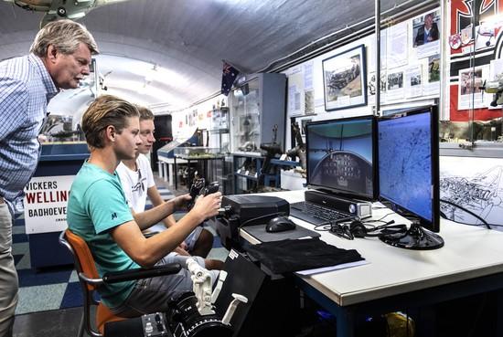 Oefenen op de flightsimulator bij het CRASH Luchtoorlog- en Verzetsmuseum '40-'45