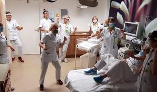 Hier word je vrolijk van. Verpleegkundigen van Tergooi in Hilversum gaan dansend door het ziekenhuis voor de Jerusalema Dance Challenge. [video]
