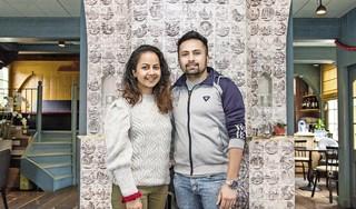 Nisha en Anup uit Zaandam flyeren om hun droomhuis te vinden. 'Glazenwassers, restaurants, iedereen flyert. Dus waarom wij niet?'