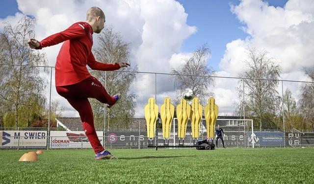 Op zoek naar de vrijetrappenkoning van West-Friesland: Jongens die er niet op trainen, maar zich in de wedstrijd wél melden voor een vrije trap, de specialisten worden er gek van [video]