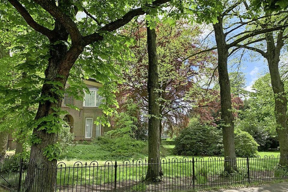 Als het aan de gemeente Velsen ligt, blijft de parochietuin van de Engelmunduskerk groen.
