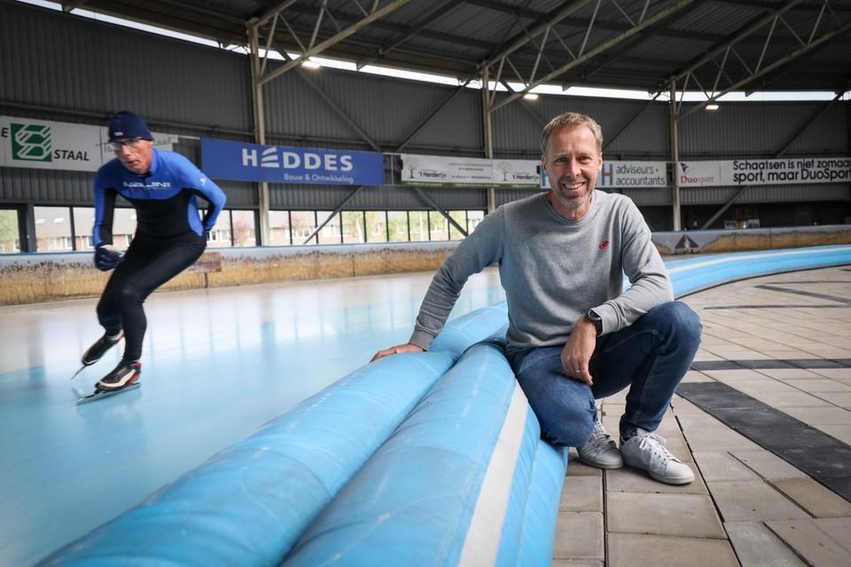 IJsbaanmanager Jakko Jan Leeuwangh bij de 400 meterbaan van De Westfries. ,,Blij dat we ook weer kunnen gaan 'Buffelen'.