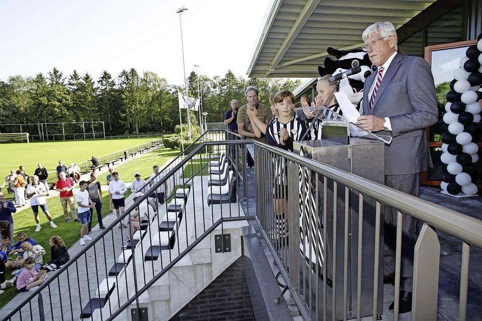 Het vernieuwde clubhuis van SV Laren '99 werd afgelopen zaterdag door wethouder Ton Stam geopend.
