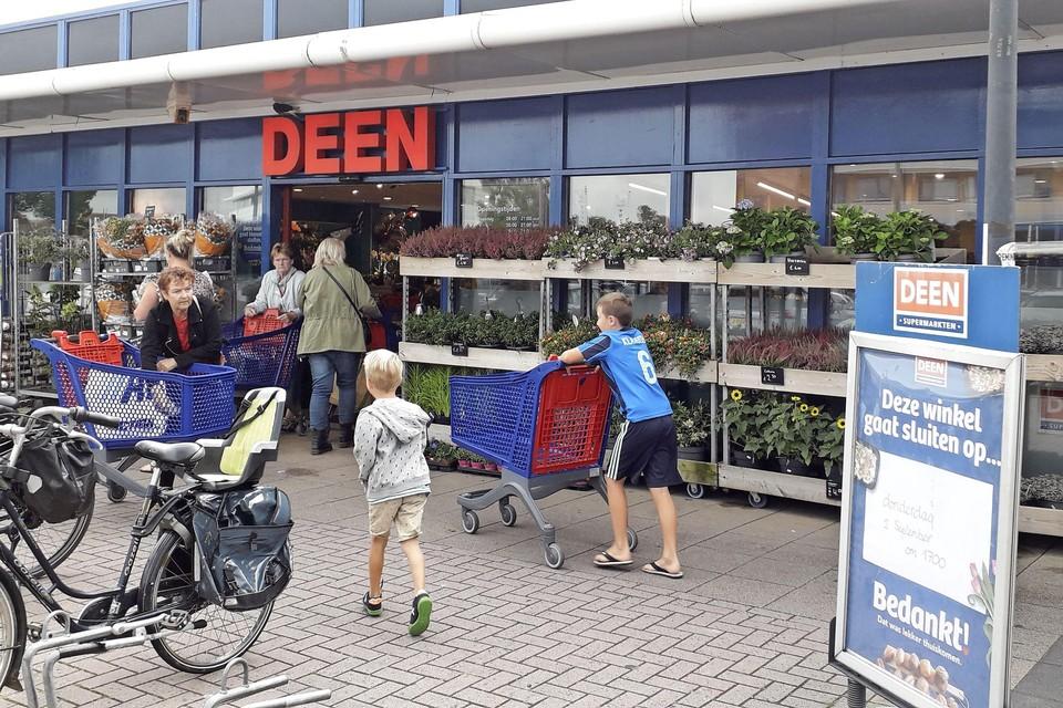Donderdag 2 september om 17 uur sluit Deen in Avenhorn, drie weken later gaat de supermarkt als eerst verbouwde winkel open onder de vlag van Albert Heijn.