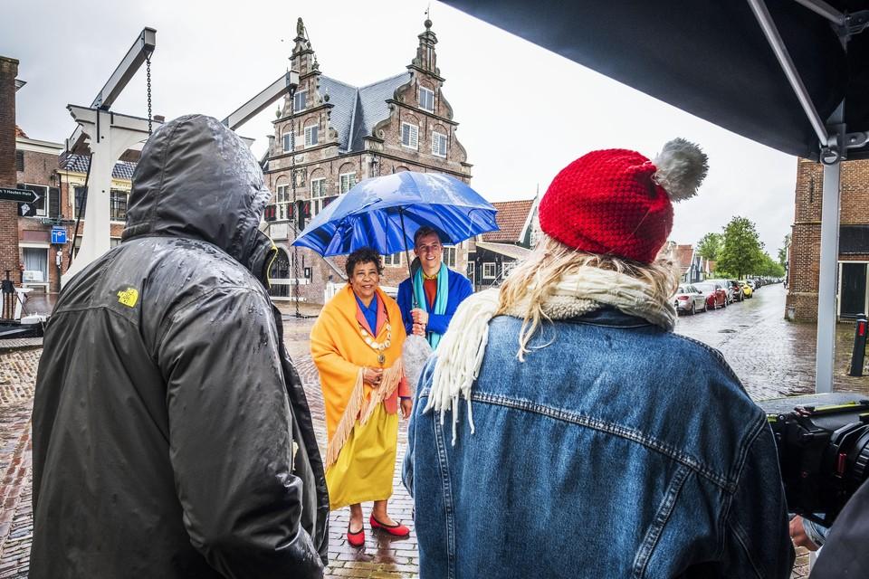 Spanning in filmstadje De Rijp, met Noraly Beyer als de burgemeester en Lennart Driesen als wethouder.