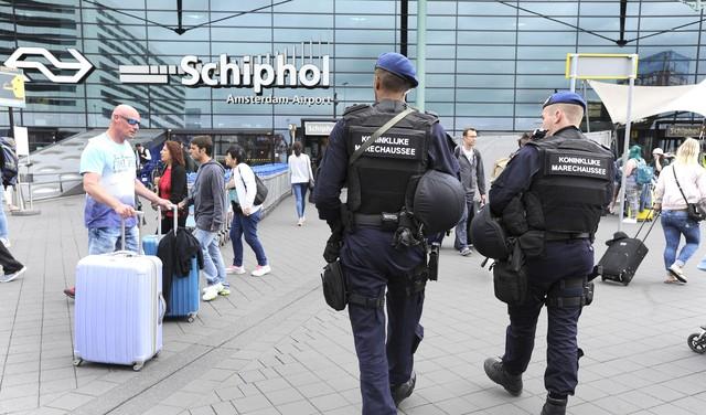 Fransman met 164.000 euro in zijn koffer opgepakt op Schiphol