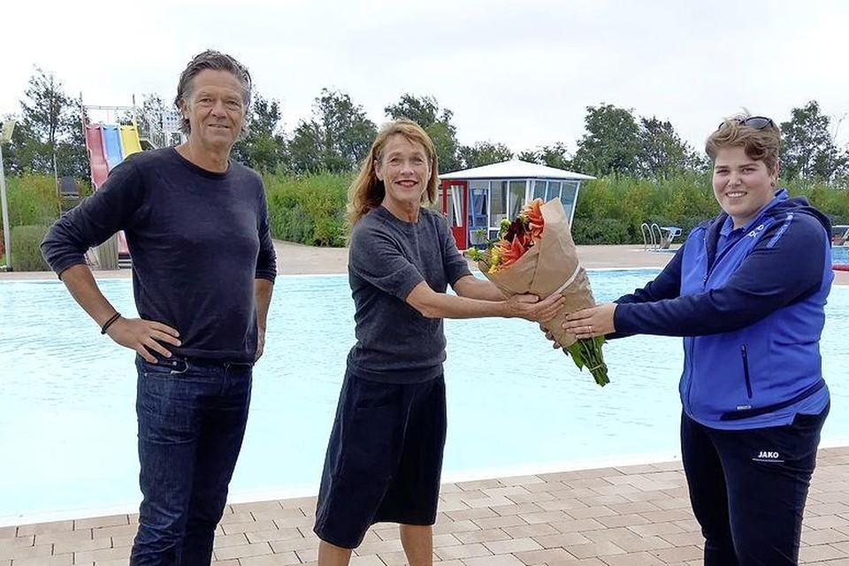 Karen Knispel en Henk Drosterij krijgen bloemen uitgereikt.
