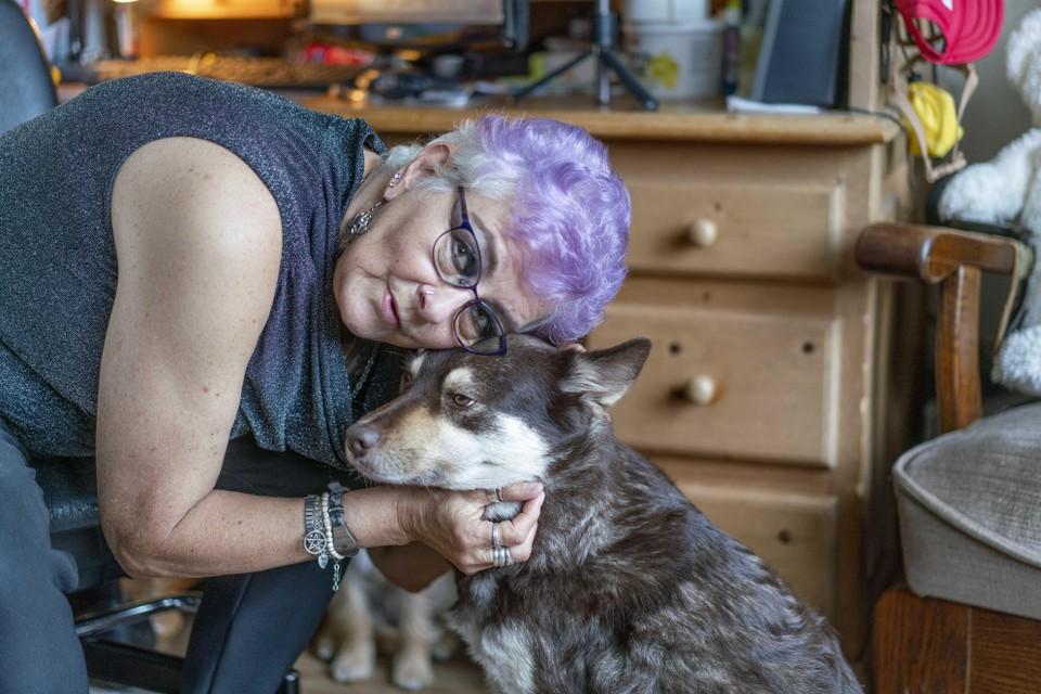 Coriena met hond Elwing, een van haar twee 'meiden'.