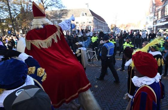 Pegida demonstreert bij sinterklaasintocht in Hoorn, met of zonder goedkeuring van gemeente