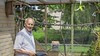 Jaap Bruinenberg (90) stopt als verzorger van volière Hoogkarspel: 'Als ik aankom, rennen de eenden al naar me toe'