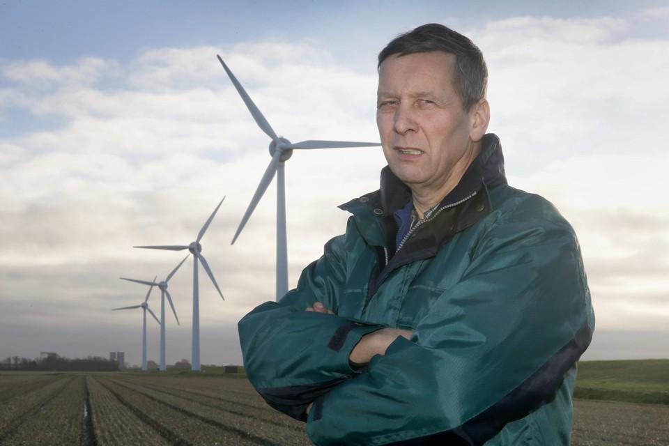 Bloembollenkweker en akkerbouwer Albert Hoedjes bij vier van de zeven molens van windpark Westeinde in Anna Paulowna.