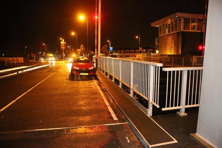 Buitenrustbrug in Haarlem in storing door ongeval met auto