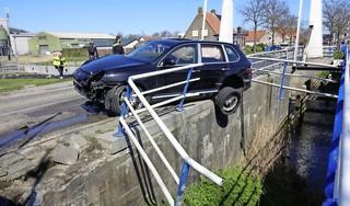 Porsche-rijder raakt in de slip na inhaalactie en botst tegen brug in Slootdorp