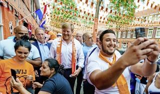 Koning drukt met royaal gebaar uit: 'het kan weer'. En geeft hiermee een slecht voorbeeld   commentaar