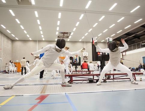 Binnen sporten mag nog niet; leerlingen van Waterlandse trainers Ben Salah (kickboksen), Ferry Schram (judo) en Martijn de Haas (schermen) trappelen van ongeduld
