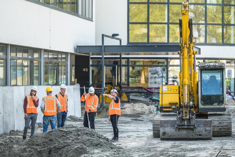Werkoverleg op de bouwplaats.