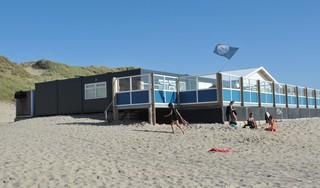 Als het strand van Heemskerk de Blauwe Vlag heeft, wat doet dat ronkende dieselaggregaat er dan?