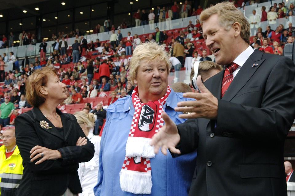 Erica Terpstra voorafgaand aan AZ-Arsenal in gesprek met AZ-voorzitter Dirk Scheringa.