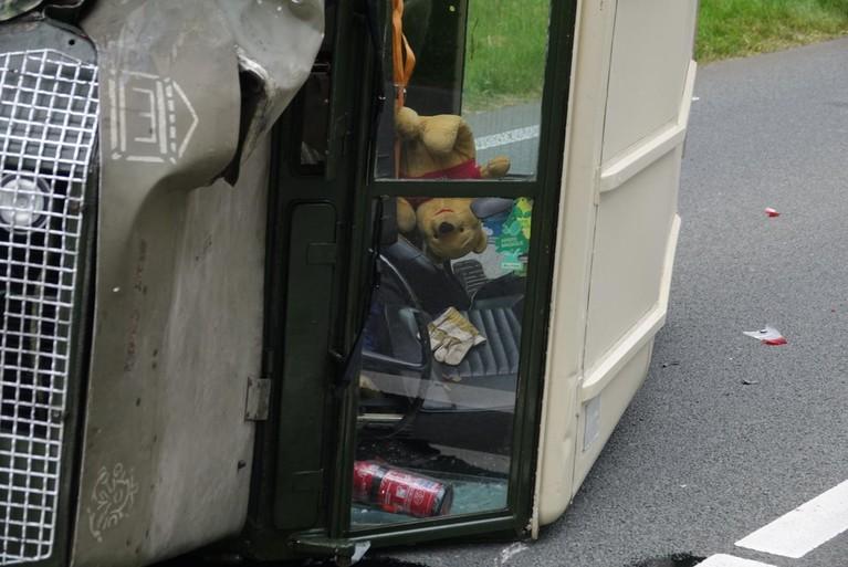 Land Rover op z'n kant bij ongeval op N245