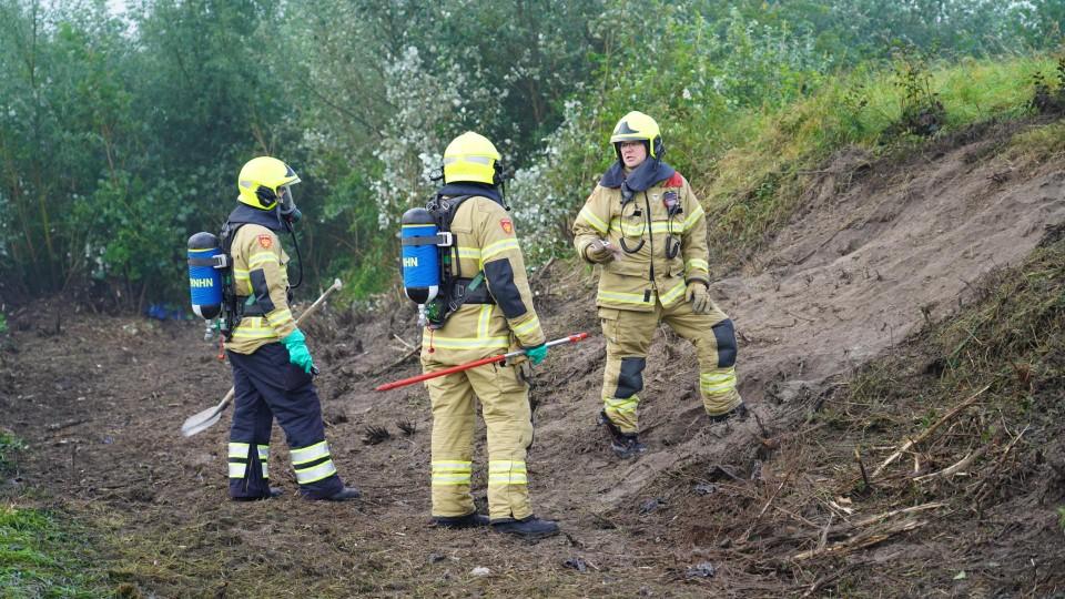 Brandweermensen in actie aan de Lagelaan in Heiloo.