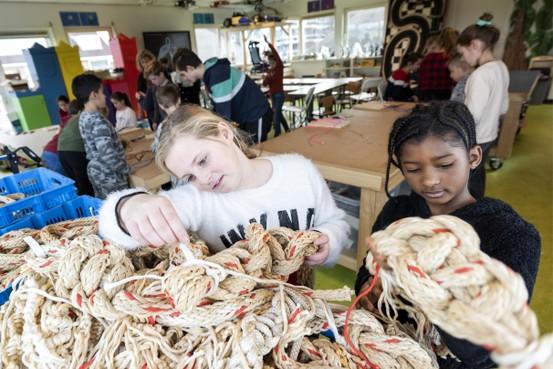 Met touw, visnetten en afgedankte lantaarnpalen knutselen aan Pollution Art