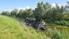 Vrachtwagen belandt op zijn kant in sloot door klapband in Rijsenhout