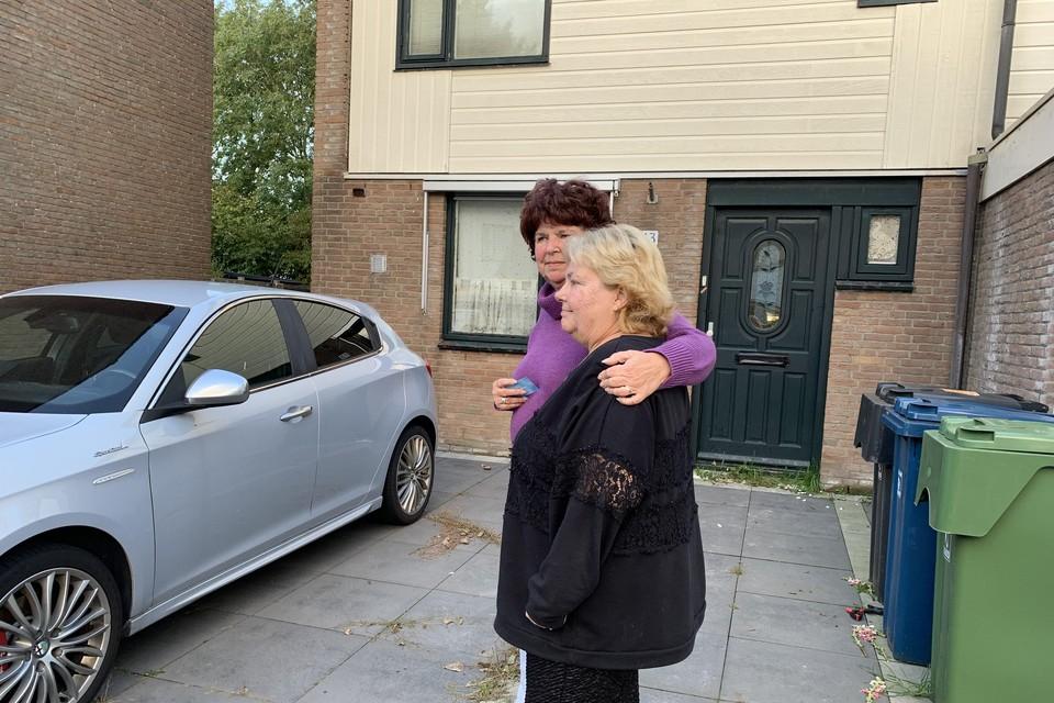 Wilma de Looze (achter) en Linda van der Werff bij de woning van hun overleden buurman Richard.