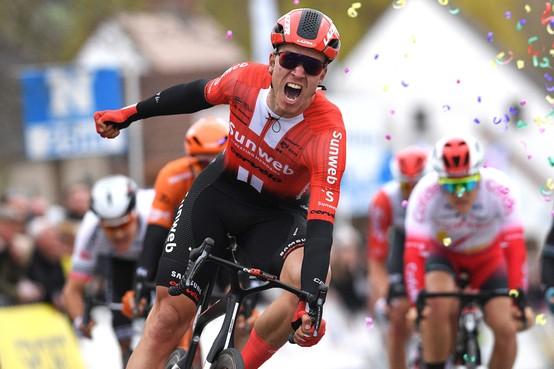 Zaandamse wielrenner Cees Bol is al blij als er straks überhaupt weer gekoerst wordt: 'Het wordt zowel fysiek als logistiek een enorme uitdaging'