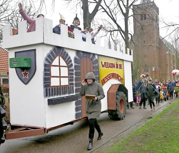 Fotoreportage: Zo vierden de Meerkoetelaars (Middenmeer) en de Bessenpappers (Warmenhuizen) carnaval