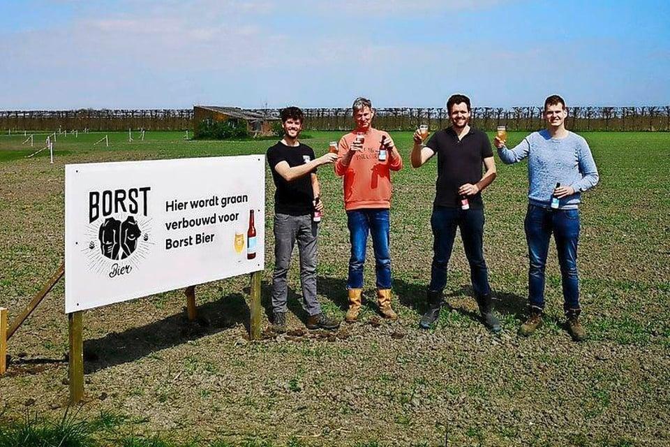 De mannen proosten alvast op een biertje van eigen bodem. Vlnr. Rik Borst, Piet Karsten, Bram Wester en Bob Karsten.