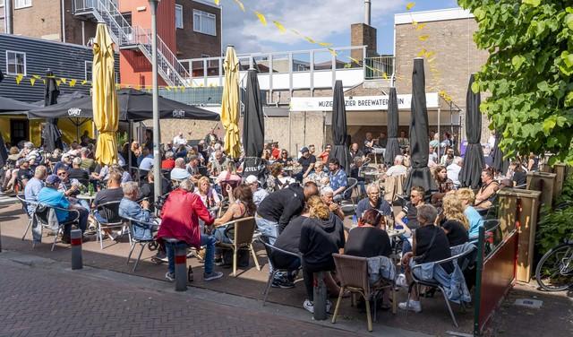 Live muziek op Breewaterplein al jaren een anker tijdens Juttersmarkt