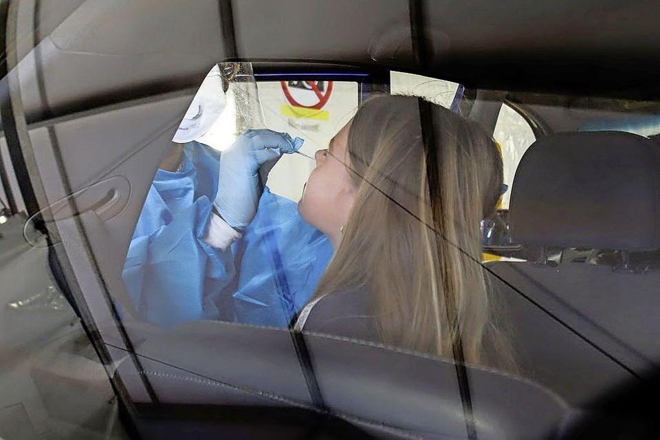 In de coronateststraat wordt een neusmonster afgenomen.