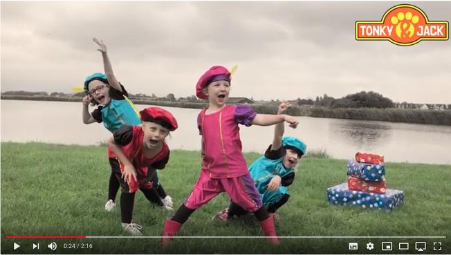 Lekker dansen met vier Zwarte Pietjes [video]