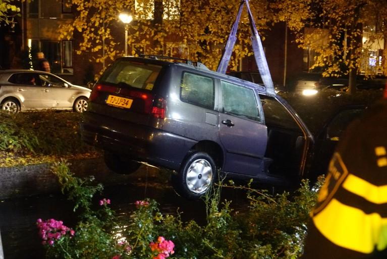 Automobilist raakt auto en belandt even later in het water in Hoorn [update]