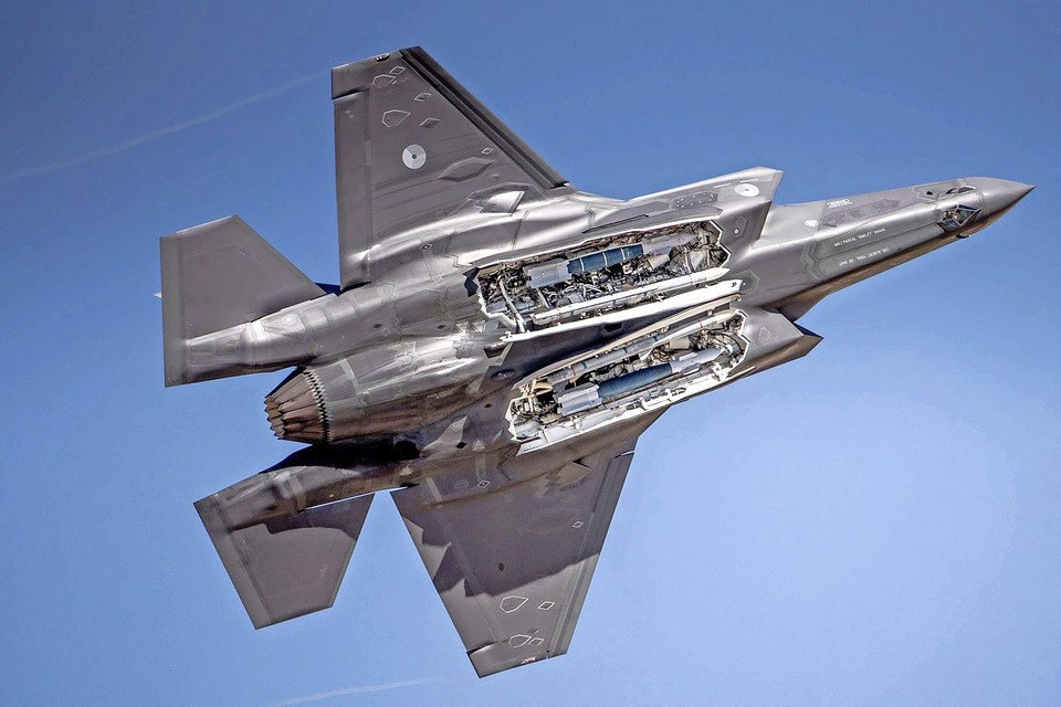 Een van de Nederlandse F-35's. Met het luik open zijn de bommen duidelijk zichtbaar.