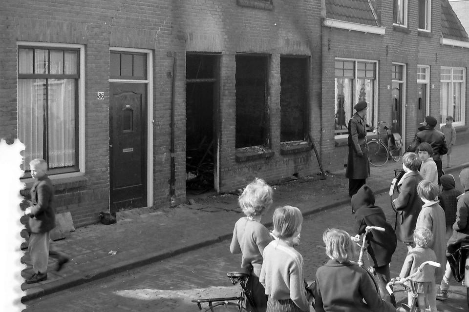 De uitgebrande woning aan de Merensstraat.