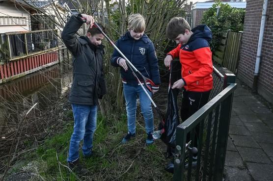 Andijker jongeren ruimen vrijwillig de buurt op: 'Als we opruimen blijven de bomen mooi'