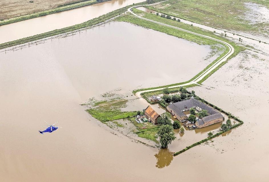 Luchtfoto van het gebied rond Brommelen waar een dijk aan het Julianakanaal is doorgebroken. Hierdoor kwam het gebied deels onder water te staan.