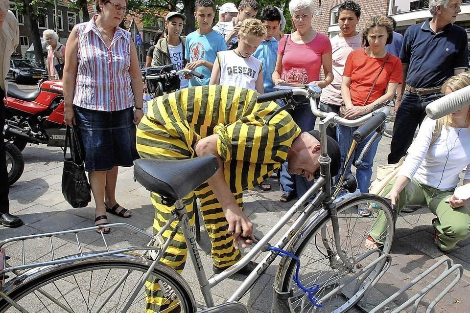 Een fietsendief demonstreert hoe eenvoudig het is om een fietsslot door te knippen.
