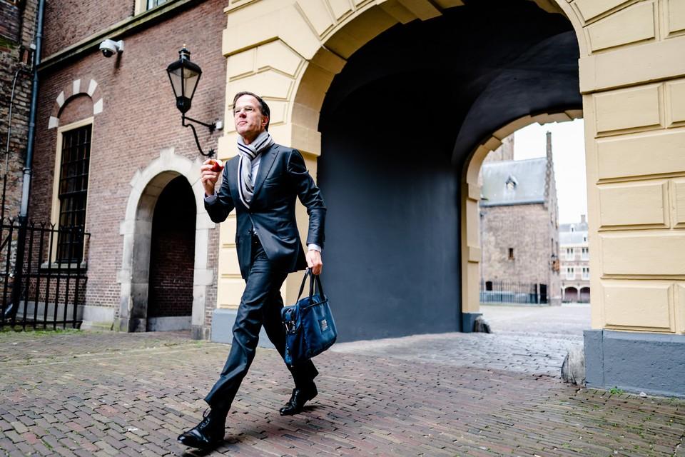 Mark Rutte wordt regelmatig 'in het wild' gesignaleerd met een appeltje, zoals hier bij zijn aankomst te voet op het Binnenhof.