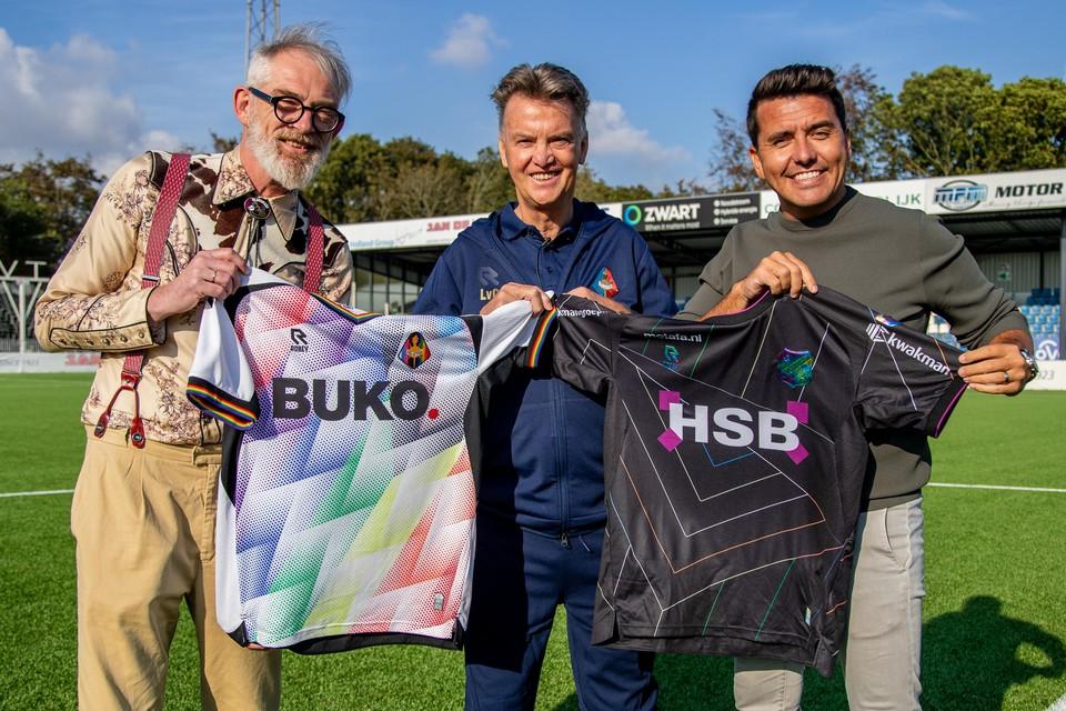 Telstar-directeur Pieter de Waard, gelegendheidstrainer Louis van Gaal en FC Volendam-bestuurslid Jan Smit met de regenboogshirts.