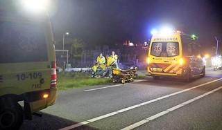 Motorrijder zwaargewond bij botsing met auto in Hippolytushoef, traumahelikopter ingezet