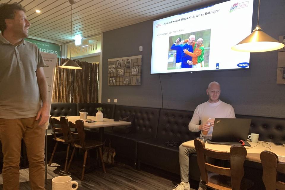 Klaas Kruk legt uit hoe hij leden aan het walking football kreeg.