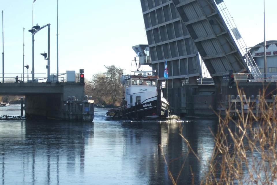 Sommige bruggen en sluizen worden deze zomer op aangepaste tijden bediend. Hier de Aalsmeerderbrug.