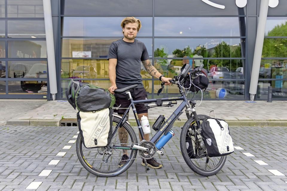 Wereldreiziger Joost Reus (27) met zijn vervoersmiddel voor de komende maanden in de hand.