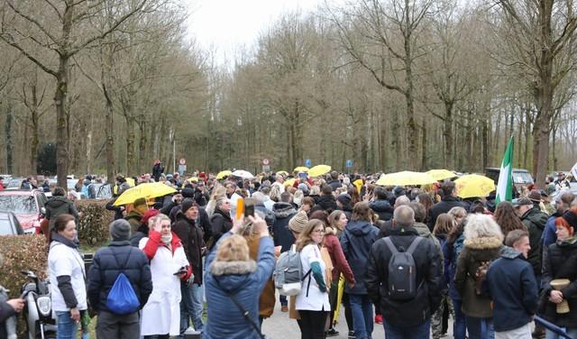 Honderden afgekomen op protestmars 'voor de menselijke verbinding' bij Kasteel Groeneveld in Baarn [video]