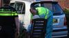 Auto rijdt tegen zorgcentrum in Huizen