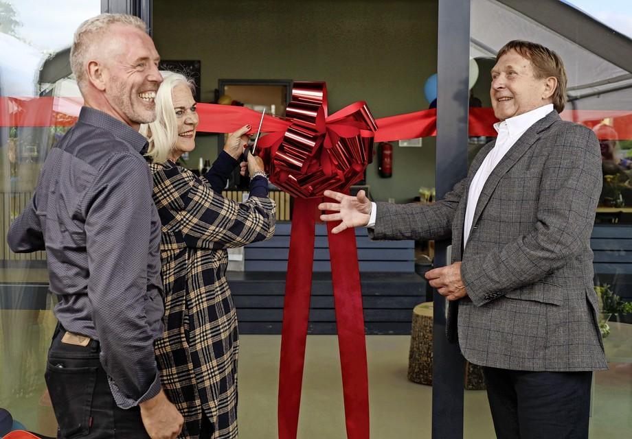 Glimmend van trots laat voorzitter Gerard Welling de officiële opening van het nieuwe clubhuis over aan de oprichters Cecile en Joop de Loor.