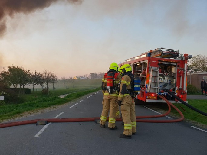 Woonboerderij in vlammen op in Zuidschermer [video]